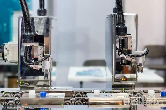 视觉传感器   视觉传感器就像是机器人的眼睛,机器人在工作时通过