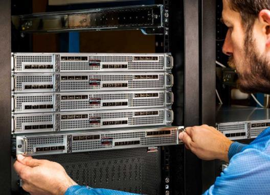 新型 FPGA 服务器提供双倍密度的计算资源和网络资源