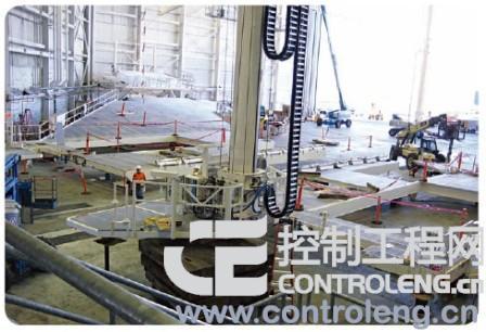塔式起重机平台下部的视图(照片中央偏左位置)